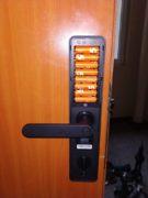 montaż zamka elektromotorycznego, otwieranego chipem, odciskiem palca lub aplikacją z telefonu